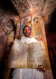 Prêtre de l'église rupestre Abuna Yemata Guh, Tigray, nord de l'Éthiopie.