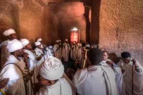 Cérémonie chrétienne dans une église rupestre de Lalibela, nord de l'Éthiopie.
