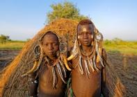 Jeunes mursis, Vallée de l'Omo, sud de l'Éthiopie.